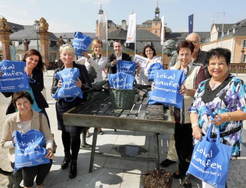 'Lokal kaufen' Tasche: Blauer Hingucker in der Stadt